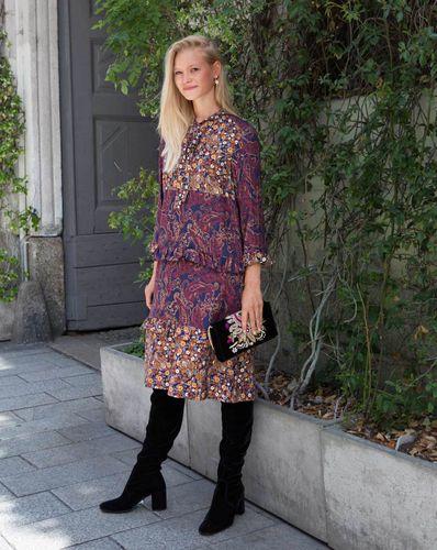 E-wykrój: Sukienka ze stójką przechodzącą w wiązanie